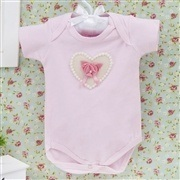 Body Manga Curta Coração com Flor e Pérolas Rosa Recém-nascido a 3 meses