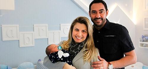 Jogador Chicão, do Corinthians, e Marcella, escolhem Coleção Amiguinhos para o quarto do Gabriel