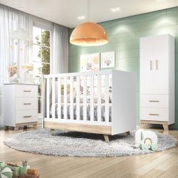 Quarto de Bebê Retrô Branco/Amadeirado com Berço/Cômoda/Guarda-Roupa de 2 Portas