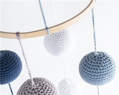 Móbile Bolas Crochê Azul/Cinza e Branco