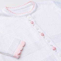 Saída Maternidade Tricot Casaquinho Flor Rococó e Macação Branco 02 Peças