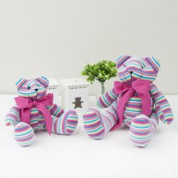 Ursos Plush Listrado Colorido com Gravata Rosa